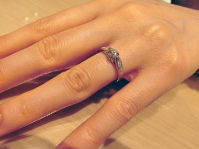ダイヤの全体が見えるデザインで、とても個性的!ステキです彡
