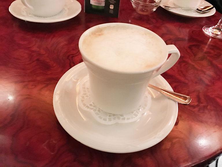 バーでマリオにホットカフェオレ