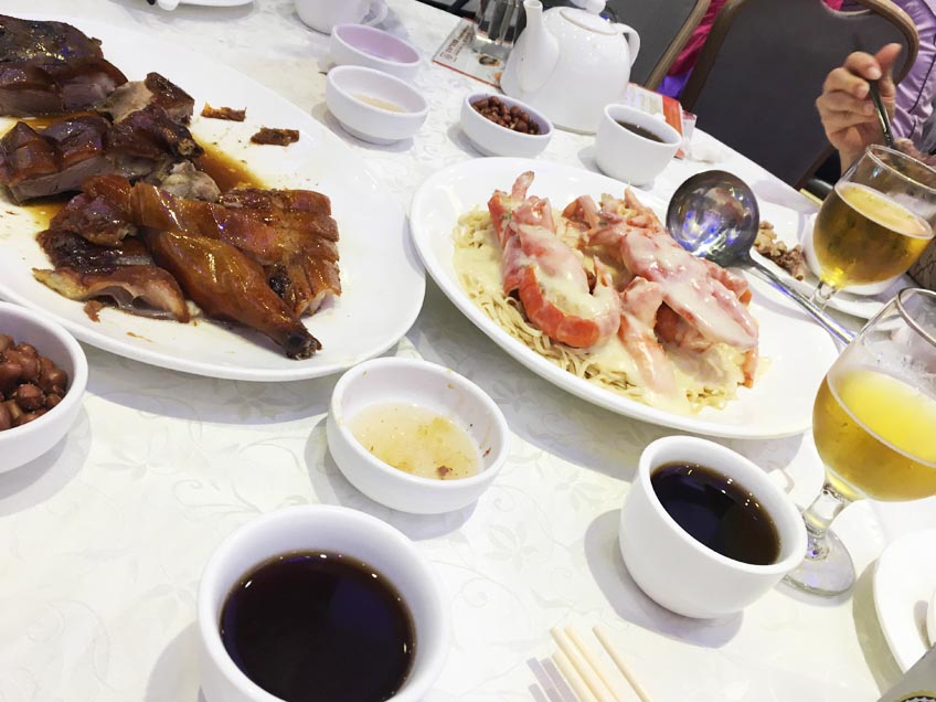 オマールエビのパスタや、マテ貝、エビの炒め物など、魚貝類を中心としたたくさんの香港料理